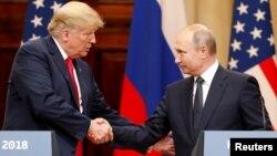 俄羅斯總統普京(右)與美國總統特朗普(左)7月16日見面資料照。