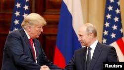 트럼프 미국 대통령과 푸틴 러시아 대통령이 16일 핀란드에서 가진 공동 기자회견에서 악수하고 있다.