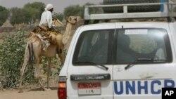 Konvoi UNHCR melewati pria penunggang unta di kamp pengungsi Um Shalaya di Al-Geneina, Darfur. (Foto: Dok)