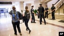 28일 미국 워싱턴의 의회 방문자센터에서 총격 사건이 발생한 후 경찰이 센터 주변을 지키고 있다.