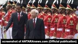 Tổng thống Indonesia (trái) và TBT ĐCS VN Nguyễn Phú Trọng duyệt đội danh dự, Jakarta, 23/8/2017