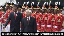 Tổng thống Indonesia Joko Widodo (trái) tiếp Tổng Bí thư Việt Nam Nguyễn Phú Trọng tại Jarkata, ngày 23/8/2017.