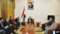 Yemen's VP Abd-Rabbu Mansour Hadi (C) talks with U.S. Assistant Secretary of State for Near Eastern Affairs Jeffrey Feltman (3rd L) in Sanaa, June 22, 2011
