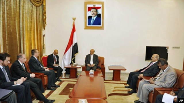 Yemen's VP Abd-Rabbu Mansour Hadi (C) talks with U.S. Assistant Secretary of State for Near Eastern Affairs Jeffrey Feltman (3rd L) in Sanaa, June 22, 2011