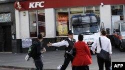 Cảnh sát ngăn không cho dân chúng đi vào khu Brixton, nằm về hướng nam London, nơi đã xảy ra bạo loạn và hôi của