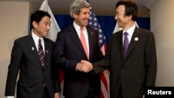 Japan's Foreign Minister Fumio Kishida (L), U.S. Secretary of State John Kerry and South Korea's Foreign Minister Yun Byung-se pose for a photograph before their group meeting at ASEAN in Brunei, July 1, 2013.