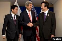 美国国务卿约翰•克里、日本外相岸田文雄(左)和韩国外长尹炳世(右)在文莱出席东盟外长会议前合影。(2013年7月1日)