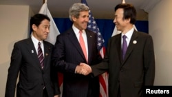 7月1日克里国务卿和韩国外长尹炳世与日本外相岸田文雄在文莱参加东盟会议