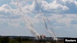 Roket terlihat diluncurkan oleh militer Ukraina dengan sasaran kelompok separatis pro-Rusia di Donestk (29/8). Pertempuran terus berkecamuk antara kedua kubu di bagian timur Ukraina ini.