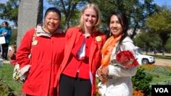 Dari kiri: Wakil Kepala SD Shrevewood Mary Tam, Guru musik Emily Anuszkiewicz, dan Konduktor orkestra pada konser angklung, Tricia Sumarijanto (foto: VOA/Eva).