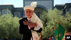 資料照片:阿富汗總統加尼在喀布爾的總統府內準備祈禱(2021年5月13日)