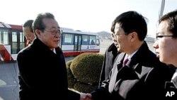 북한의 김계관 외무성 제1부상이 미-북 베이징 회담을 마치고 지난 27일 귀국하면서, 관화빙 평양주재 중국 총영사의 환영을 받고있다.