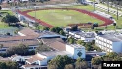 Vue sur le lycée où la fusillade a eu lieu, à Parkland, Floride, le 16 février 2018.