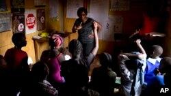 Ushauri nasaha unatolewa kuhusu HIV unatolewa na Evelyn Ojwang,katikati, na Henry Owino, kulia, katika nkitongoji cha Korogocho Nairobi, Kenya, Feb. 16, 2015.