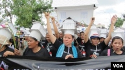 Land grabs for rural and urban development projects have created a mass of ongoing protests, particularly from ousted residents of the Boeung Kak and Borei Keila neighborhoods of Phnom Penh, who are highly organized and consistently hold demonstrations that often lead to violent clashes with police.
