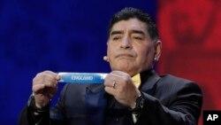 El legendario Diego Armando Maradona participó del sorteo para agrupar a los equipos para el Mundial Rusia 2018.