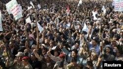 Warga Yaman pendukung pemberontak Syiah Houthi melakukan protes atas serangan udara Saudi di Sana'a (1/4).
