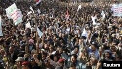 تظاهرات هواداران حوثیان دراعتراض به حمله های به رهبری سعودی دریمن، صنعا. ۱ آوریل ۲۰۱۵
