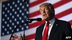 Ứng cử viên tổng thống Mỹ Đảng Cộng hòa Donald Trump phát biểu trong một buổi vận động tranh cử ở thành phố Bedford, bang New Hampshire, ngày 29 tháng 9, 2016.