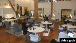 Ruang Kantor Perempuan Pupuk Kerjasama dan Kreativitas. (Foto: VOA/videograb)