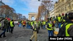 Aksi protes demonstran berjaket kuning di Champs Elysees, Perancis. (Foto: dok).