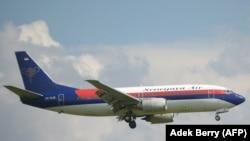 Pesawat Sriwijaya Air Boeing 737-300, mirip dengan Boeing 737-500 SJY182 yang kehilangan kontak dalam penerbangan dari Jakarta ke Pontianak pada 9 Januari. 2021. (Foto: AFP/Adek Berry)
