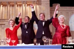 1988年5月11日,在总统晚宴上,美国总统罗纳德·里根宣布支持·布什副总统竞选总统,他们同夫人南希·里根和芭芭拉·布什携手举起臂膀。