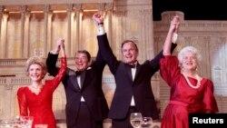 نانسی ریگان و رونالد ریگان، در کنار جرج هربرت واکر بوش و همسرش