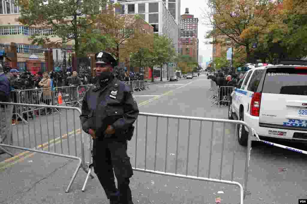 نیویورک بعد از حمله تروریستی سه شنبه/ یک مامور در مقابل منطقه ای که حمله تروریستی روی داد.