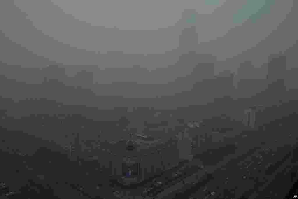 13일 스모그에 파묻힌 중국 베이징의 고층 건물들.