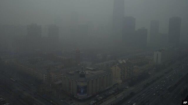 Pencakar langit di Beijing tertutup oleh kabut tebal karena polusi (13/1).