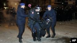 Policijaci odnose povređenog kolegu ispred tadašnje zgrade američke ambasade u Beogradu, 17. februara 2008. (Foto: AP/Darko Vojinović)