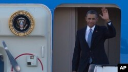 Tổng thống Obama vẫy chào khi đáp máy bay đến phi trường Schiphol ở thành phố Amsterdam, ngày 24/3/2014.