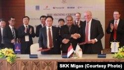 CEO Premier Oil Tony Durrant (kanan), Kepala SKK Migas Amien Sunaryadi (tengah) dan CEO Petrovietnam Nguyen Vu Truong Son (kiri) berjabat tangan setelah menandatangani nota kesepahaman penjualan gas dari Wilayah Kerja Tuna di Laut Natuna Utara ke Vietnam, di sela KTT APEC di Vietnam, pekan lalu. (Courtesy Photo: SKK Migas)