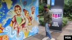 Художник користується фарбами без свинцю під час нарад ООН у Найробі