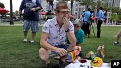 Johnathan Dalton ngồi khóc 2 người bạn thiệt mạng trong vụ nổ súng tại Orlando, ngày 13/6/2016.