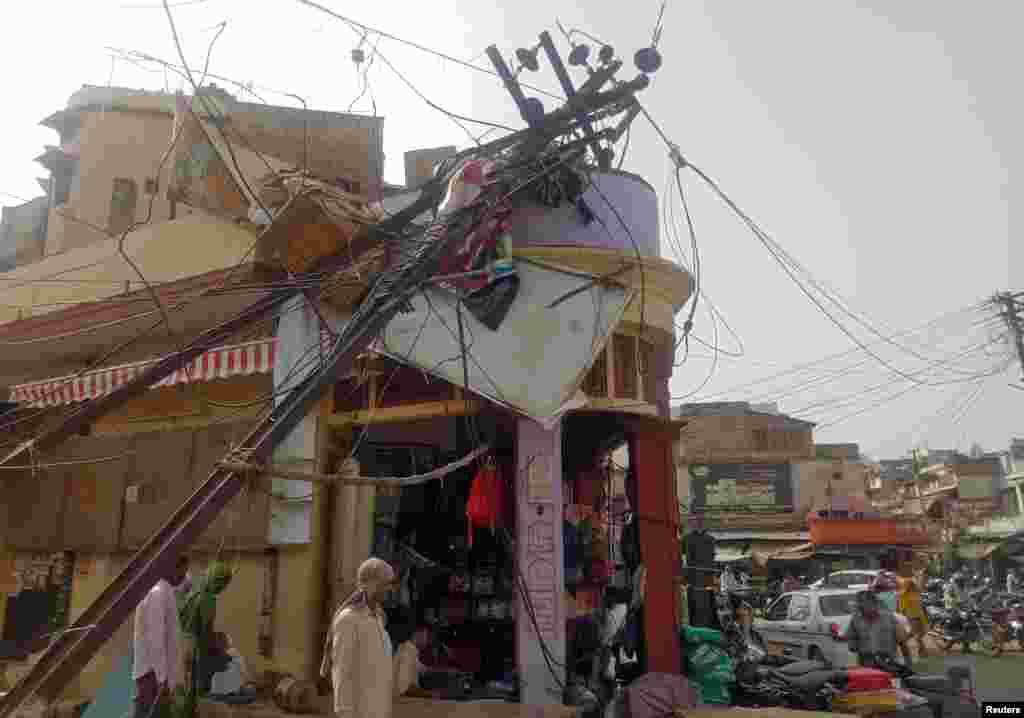 Un poteau électrique endommagé dans un marché après les vents violents et la tempête de sable à Alwar, dans l'état de Rajasthan, en Inde, le 3 mai 2018.