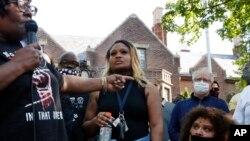 Seorang perempuan berbicara kepada Gubernur Minnesota Tim Walz (kanan, jaket biru) saat unjuk rasa menyusul kematian George Floyd, di St. Paul, 1 Juni 2020. (Foto: AP)