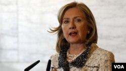 Menlu AS Hillary Clinton dalam kunjungannya ke Roma, Italia, Kamis (5/5).
