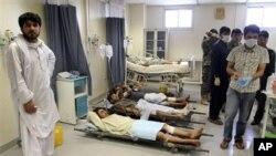 Para korban luka-luka akibat dua serangan bunuh diri pangkalan NATO di Kandahar, dirawat di rumah sakit (6/6). Sedikitnya 22 tewas dalam serangan ini.