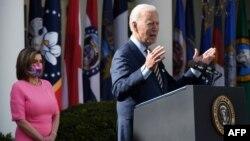 Президент Джо Байден и спикер Палаты представителей Нэнси Пелоси на церемонии в честь принятия «Плана спасения Америки», Белый дом, 12 марта 2021 года
