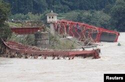 Sebuah jembatan rusak diterjang banjir yang dipicu hujan deras, di Kumamura, Prefektur Kumamoto, Jepang barat daya, 8 Juli 2020.