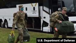 圖為美國陸軍都市增援醫療特遣隊4月7日從馬里蘭州出發前往紐約市(美國國防部)。