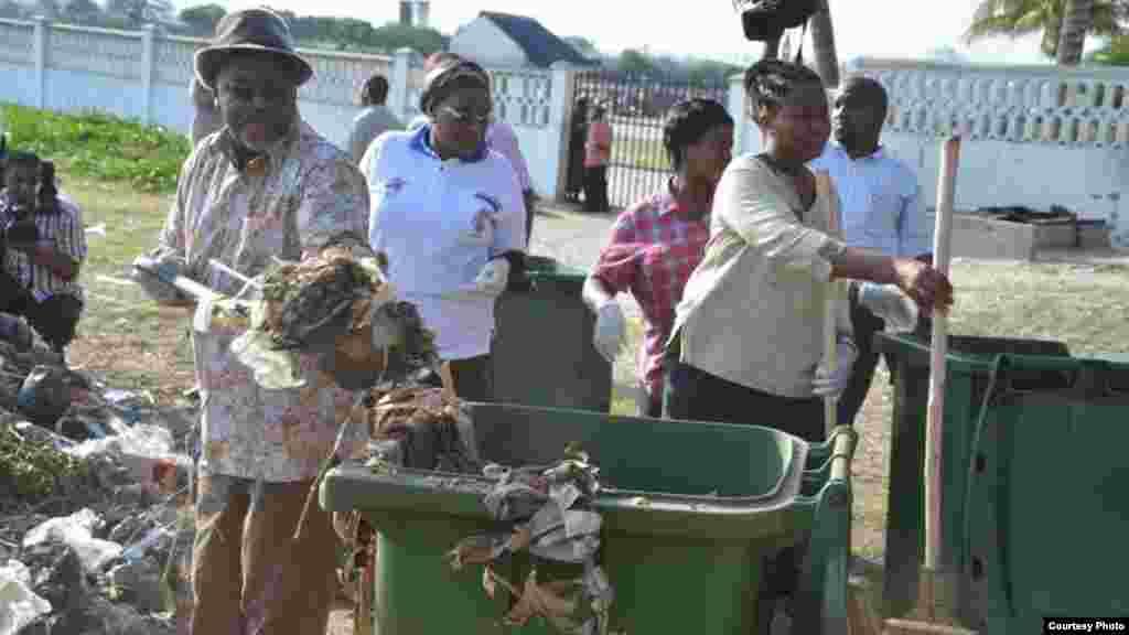 Le président tanzanien John Magufuli ramasse des ordures, célébrant le 54e anniversaire de l'indépendance du Tanganyika.