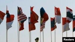 အာဆီယံအလံမ်ား။