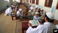 Anak-anak Pakistan mengaji di sebuah madrasah di kota Lahore (foto: ilustrasi).