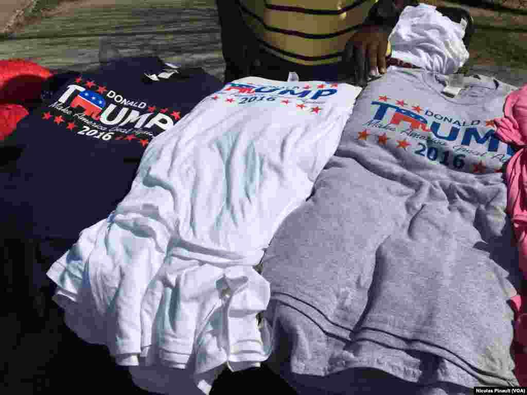 Des tee-shirts pour soutenir Donald Trump lors de la convention républicaine, Cleveland, le 18 juillet 2016 (VOA/Nicolas Pinault)