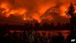 En esta foto de archvio del 4 de septiembre, de 2017, provista por KATU-TV se el incendio forestal visto desde Stevenson, Washington, del otro lado del río Columbia en Columbia River Gorge.