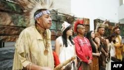 Представители нескольких племен на церемонии открытия Национального музея американских индейцев в Вашингтоне. 2006 год