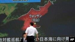 一个日本东京的屏幕上播放着朝鲜试射导弹的新闻(2017年6月8日)
